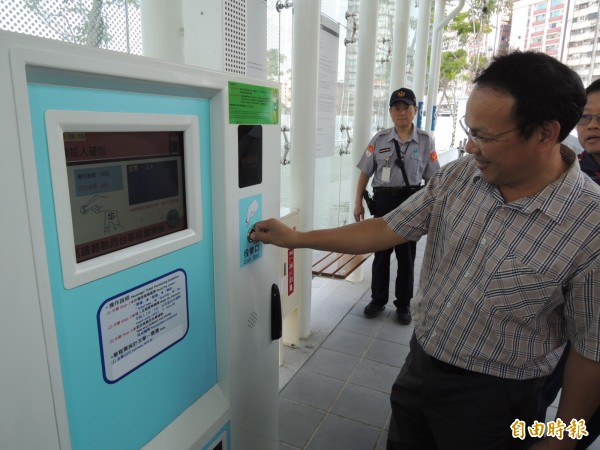部分乘客沒一卡通,可在車站購票機買票。(記者王榮祥攝)
