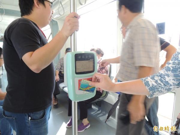 大多數乘客知道輕軌今天收費,也多依規定刷卡或買票。(記者王榮祥攝)