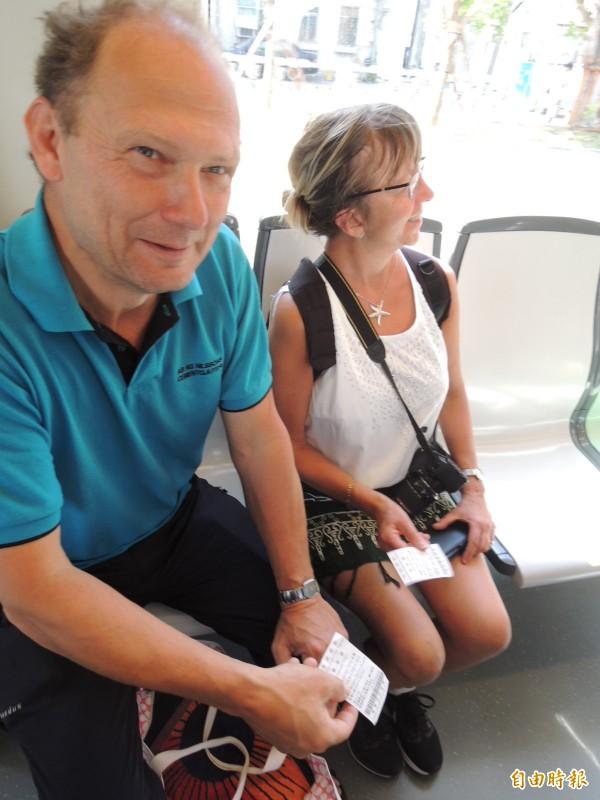 瑞典自由行遊客買票搭輕軌,還稱讚輕軌很乾淨。(記者王榮祥攝)