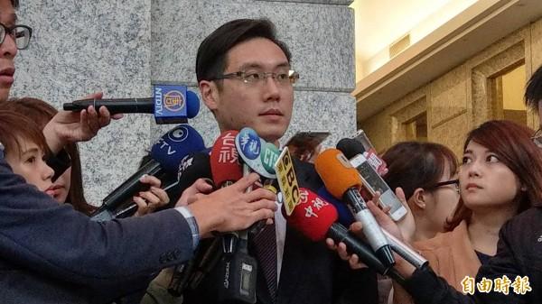 遠雄發言人楊舜欽中午回應北市府記者會內容。(記者黃建豪攝)