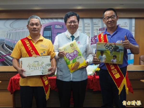 家族世代種田的堂兄弟呂理文(左)、呂理陽(右),在台灣稻米達人冠軍賽,為桃園市拿下雙料冠軍。(記者陳昀攝)