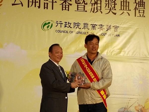 池上農友曾鵬璋獲台灣有機米組季軍。(池上鄉農會提供)