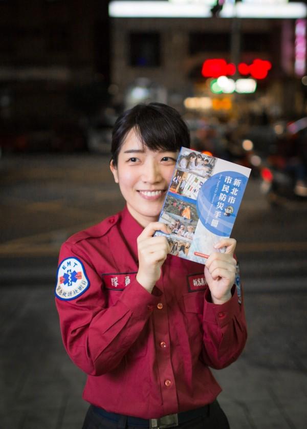 康軒文教集團印製捐贈1萬冊供市民閱讀,以建立正確的防災觀念。(記者陳薏云翻攝)