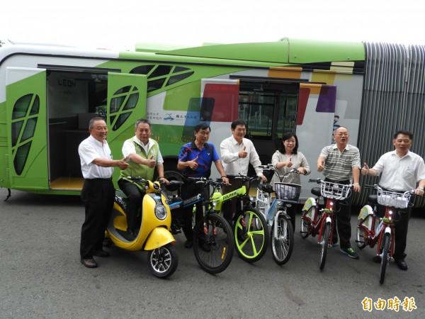 高雄市議員支持綠色運具,包括電動公車、電動機車、電動腳踏車。(記者葛祐豪攝)