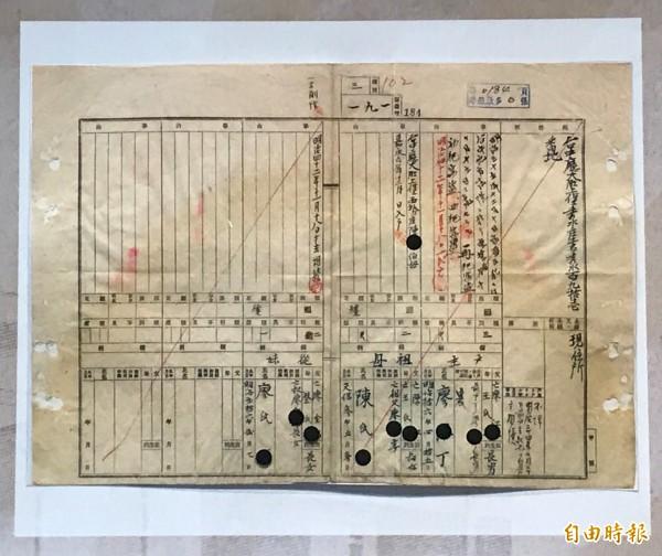 展覽文物中還有台灣傳奇人物廖添丁的戶口調查簿。(記者李忠憲攝)