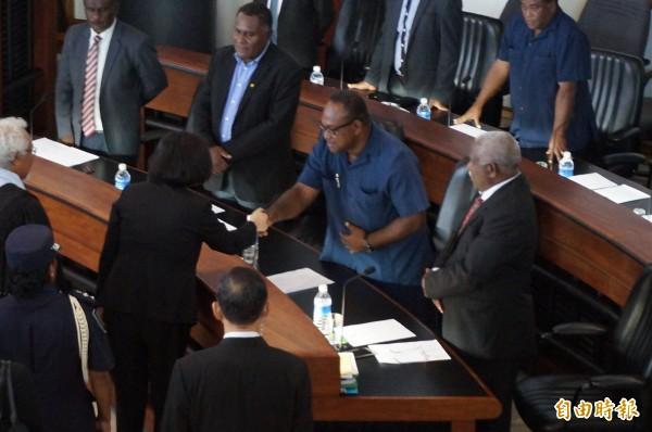 蔡總統今天在索羅門國會演說,在演說後一一向議員握手致意,圖為蔡總統與提出倒閣案的副總理馬朗嘉握手。(特派記者鍾麗華攝)