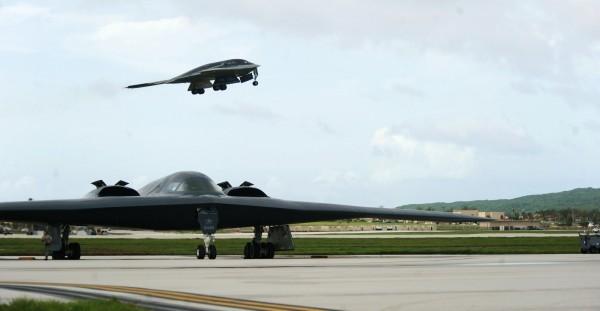 美國空軍10月中在密蘇里州出動B-2隱形轟炸機進行模擬轟炸,但無線電並沒有加密,正巧被一位民眾錄音,更聽到飛行員在通訊期間說:「這裏有北韓領導人所在的指揮所。」圖為B-2隱形轟炸機。(路透)