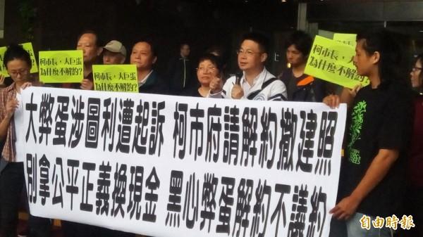 洪仲丘舅舅胡世和(右二)亦到場聲援公民團體。(記者黃建豪攝)
