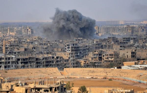 敘利亞政府軍攻進代爾祖爾,收復伊斯蘭國(IS)恐怖組織於敘利亞最後一個重要據點。圖為遭戰火摧殘的代爾祖爾。(法新社)