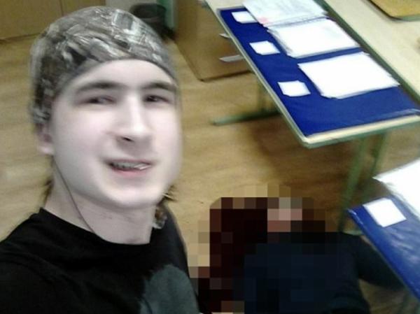 Andrey Emelyannikov與屍體合照。(圖取自網路)