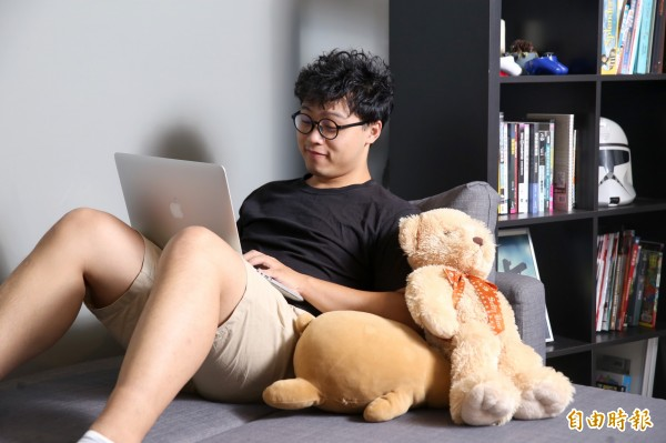 躺在床上看書、用電腦,這些常見姿勢都可能導致痠痛。(記者臺大翔攝)