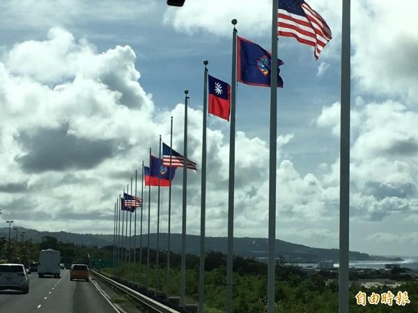 關島以「高規格」歡迎蔡總統到訪,在機場道路兩側懸掛我國國旗。(特派記者鍾麗華攝)