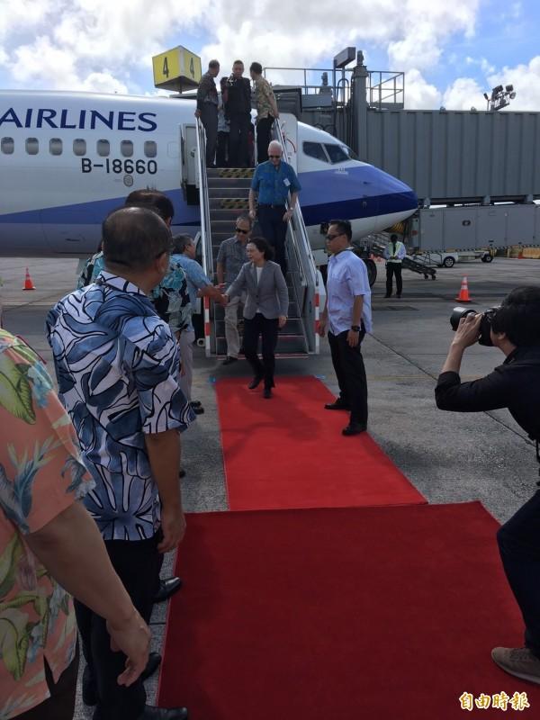 蔡英文總統抵達關島,由關島總督卡佛親自接機。圖為蔡總統與卡佛握手。(特派記者鍾麗華攝)