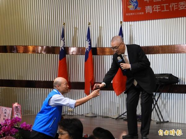 韓國瑜(左)貼心地替吳敦義遞上酒杯。(記者葛祐豪攝)