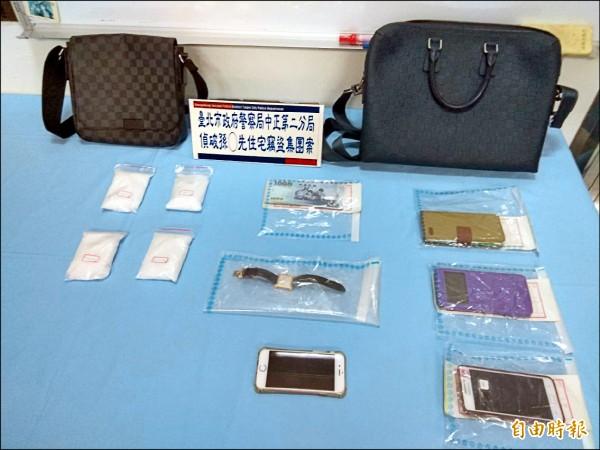 警方起獲江詩丹頓手錶、LV包及iPhone手機等贓物。(記者劉慶侯攝)