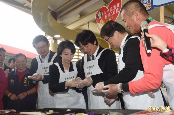 行政院長賴清德(中)4日出席「台南越光 米進軍台北」行銷活動,現場製作「台南16號」麻糬,並參觀農產品攤位。(記者簡榮豐攝)