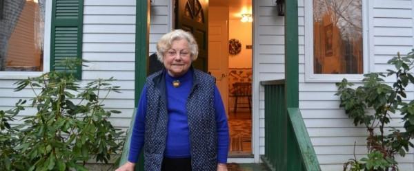 美國一名84歲女醫師聲稱因為不會使用電腦,因此未配合政府線上登記藥物管制計畫,醫師執照被迫繳返。(圖擷自ABC NEWS)