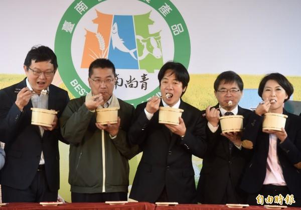 行政院長賴清德(中)4日出席「台南越光 米進軍台北」行銷活動,與現場嘉賓一同開飯,邀請台北的民眾一起來品嚐台南好米、絕品好飯。(記者簡榮豐攝)