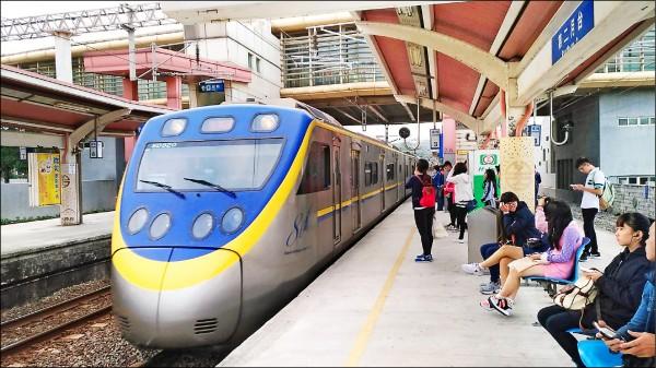 台鐵要裝月台門,避免旅客落軌,或太靠近軌道邊遭列車撞擊。 (資料照,台鐵局提供)