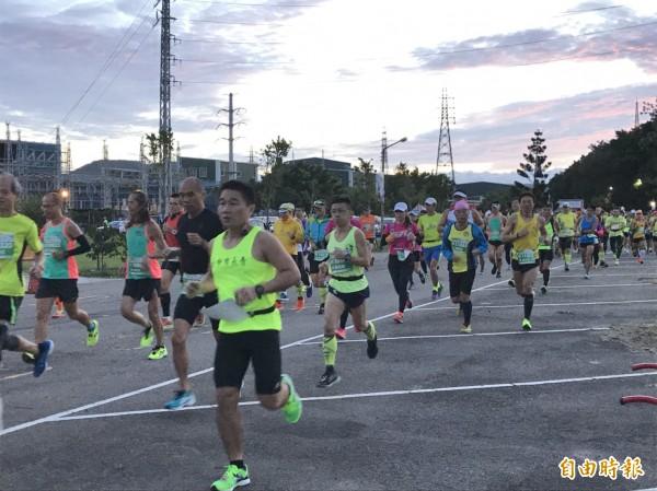 第9屆遠東新世紀經典馬拉松活動今早在新埔化纖廠開跑,6500名跑友頂著晨曦和強風挑戰自我。 (記者廖雪茹攝)
