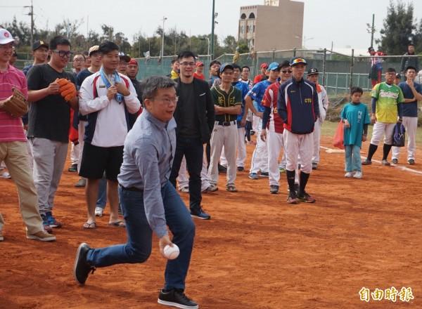 立法院副院長蔡其昌為第三屆港口盃慢速壘球錦標賽開球。(記者歐素美攝)