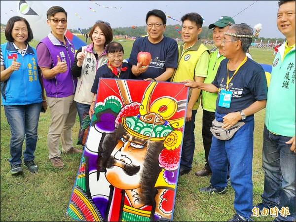 屏東縣長潘孟安(中)歡迎國外風箏愛好者來屏東。(記者羅欣貞攝)