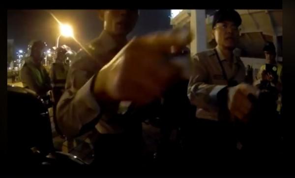 警方表示,攝影是妨害公務執行。(圖擷取自台灣機車路權促進會)