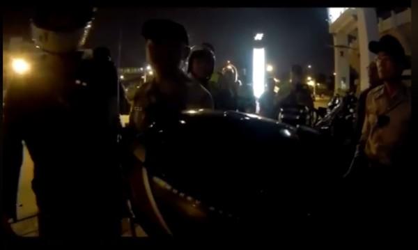 照片中左方的騎士遭警察逮捕。(圖擷取自台灣機車路權促進會)