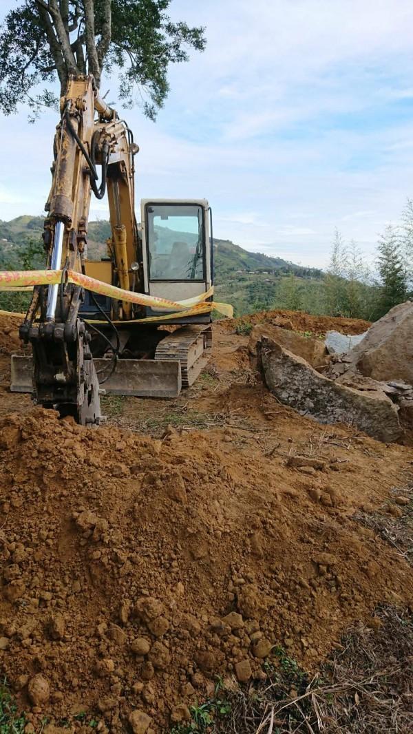 五峰鄉天湖部落一處原住民保留地,原本綠色山坡地,被挖掘成長約10公尺、寬5公尺的黃土。 (記者廖雪茹翻攝)