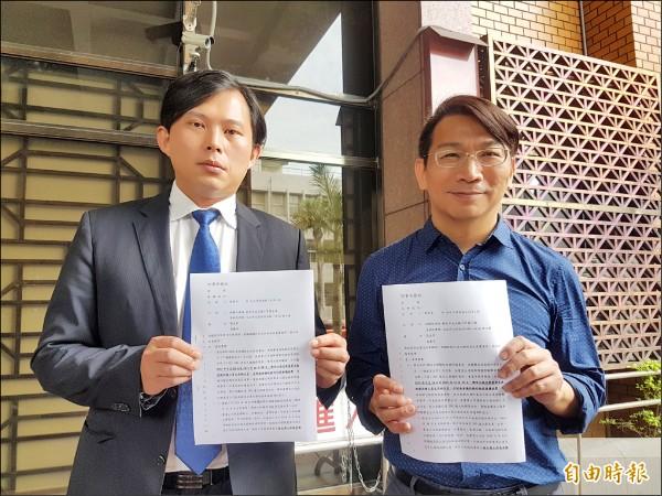 立委黃國昌昨在立委徐永明陪同下,向台北地檢署按鈴告發。(記者錢利忠攝)