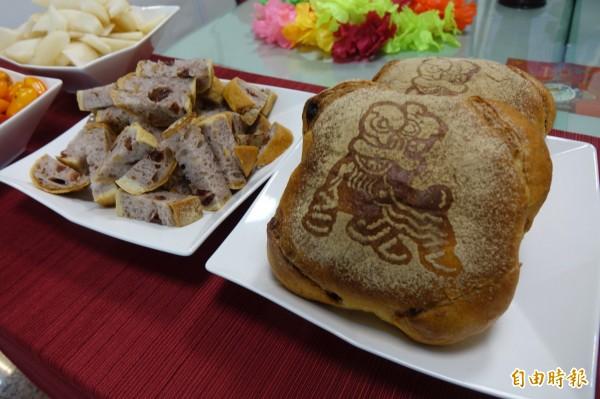 陳耀訓今天專程為鄉親所做的荔枝草莓冠軍麵包來分享榮耀,這款麵包目前尚未上市。(記者劉曉欣攝)