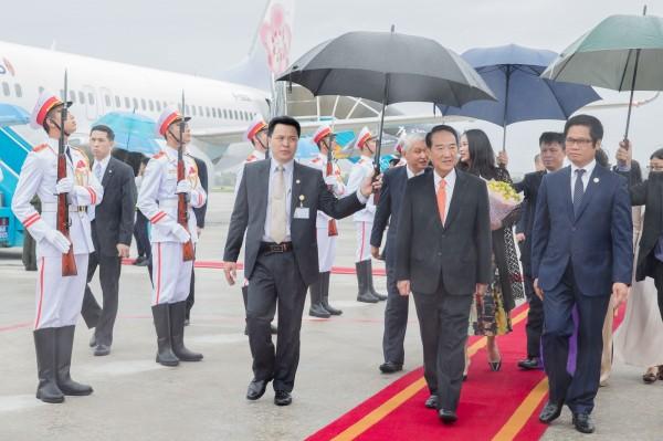 APEC領袖代表宋楚瑜飛抵越南峴港。右一為越南商工總會主席兼台灣事務委員會主任委員武進祿。(外交部提供)