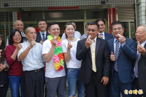 陳耀訓(前排左三)拿下世界麵包冠軍,光榮返回故鄉鹿港。(記者劉曉欣攝)
