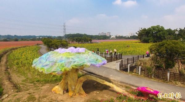 桃園花彩節龍潭展區的「白雪公主與小矮人之夢」裝置藝術,今天亮相。(記者李容萍攝)
