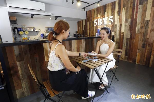 在飲料店林立的台北市區,5by5花草茶飲堅持不使用香料、選用天然茶葉原料。店內也結合占卜元素,定期有塔羅牌老師駐店,替迷惘的心靈指點迷津。(記者陳宇睿攝)