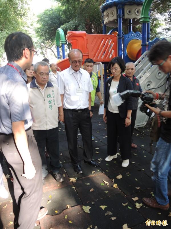 彭福國小遊戲場因安全標準不符新規範,停用3年。(記者翁聿煌攝)