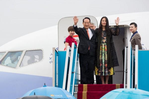 APEC我方代表宋楚瑜今(7)日下午抵達越南。代表團顧問李鴻鈞表示,宋楚瑜將在10日出席「與東協領袖非正式對話」,屆時會分享台灣在農業、防災、救災、防洪等方面的強項。(外交部提供)