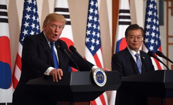 川普除了承諾提升協防南韓武力,也與文在寅達成協議,南韓導彈彈頭重量上限將完全解除。(法新社)