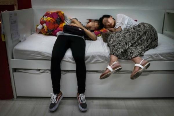 中國客人在IKEA狂睡。(圖擷取自shanghaiist)