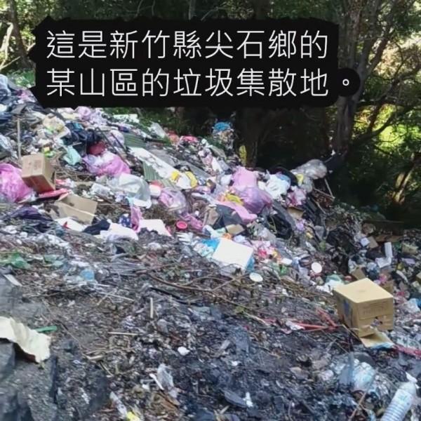 來自美國的冒險家李小飛4日在臉書貼出一段短片,指從新竹尖石鄉後山的泰崗部落通往司馬庫斯部落唯一的聯絡道路上,遭棄置了大量的垃圾。(圖擷自Follow XiaoFei 跟著小飛玩臉書)