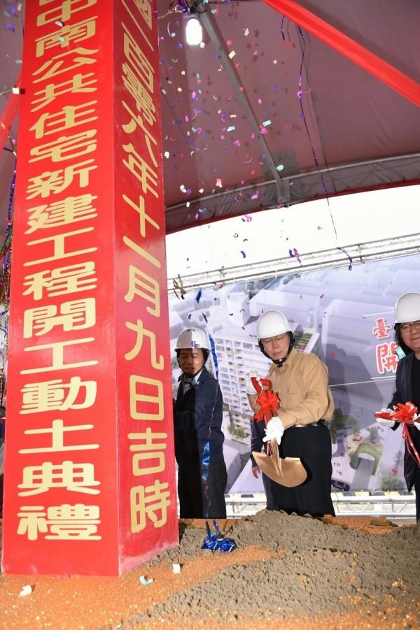 台北市長柯文哲上午出席南港區中南公共住宅開工典禮前接受媒體聯訪。(台北市政府提供)