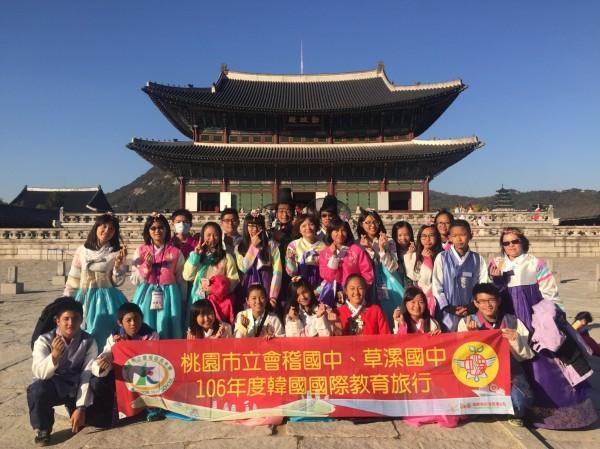 台灣學生們體驗韓服,在景福宮前合影。(圖由會稽國中提供)