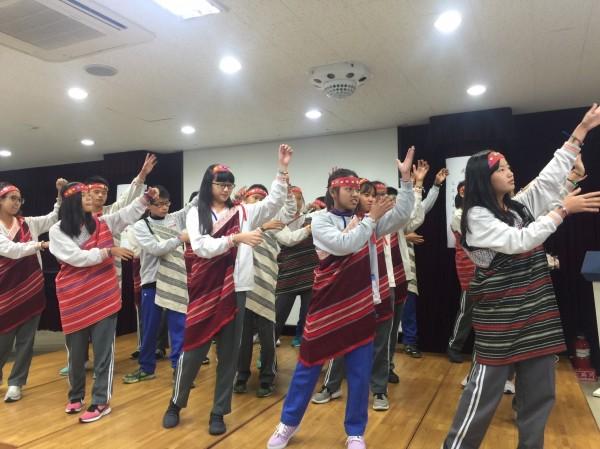 台灣學生們身著泰雅族服飾,大跳高山青。(圖由會稽國中提供)