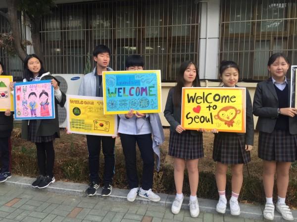 韓國龍江中學學生列隊歡迎台灣學生到訪。(圖由會稽國中提供)