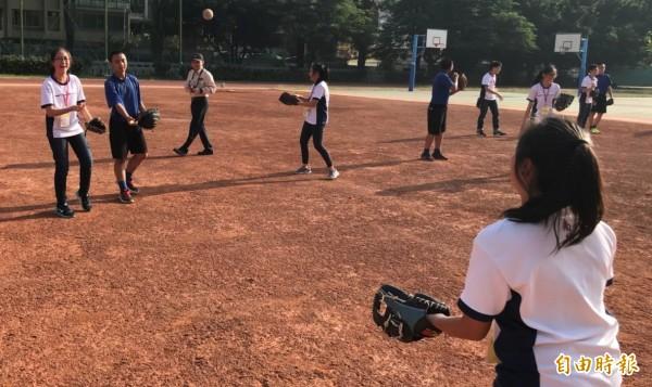 來自新加坡的南華中學到中山國中體驗棒球樂趣。(記者蘇孟娟攝)