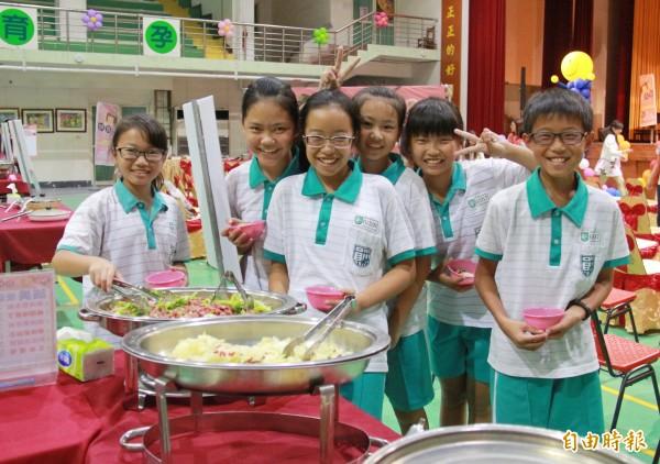 員林國小學生對於比賽活動的營養午餐覺得美味又可口,吃得很開心。(記者陳冠備攝)