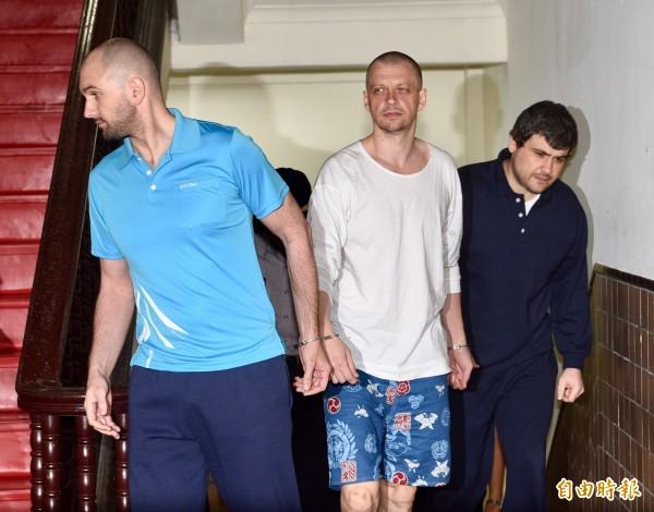 台北地院今判涉及一銀盜領案3名被捕外籍嫌犯潘可夫(左起)、安德魯與米海爾須連帶賠償573萬餘元。(資料照,記者羅沛德攝)