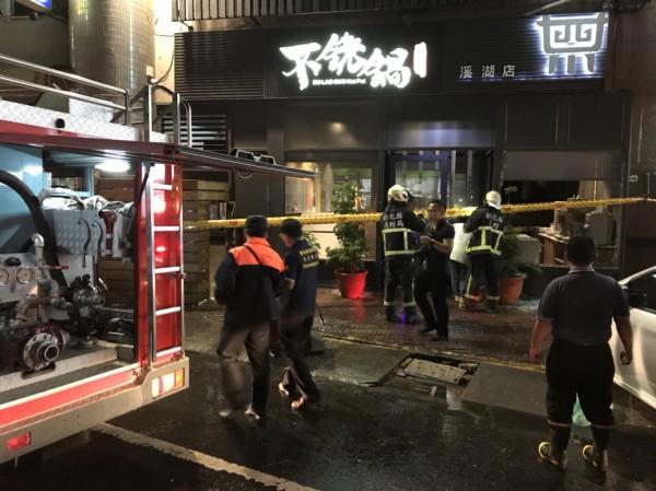 「不銠鍋」火鍋店瓦斯外洩,引發氣爆意外,警、消到場處理。(消防隊提供)