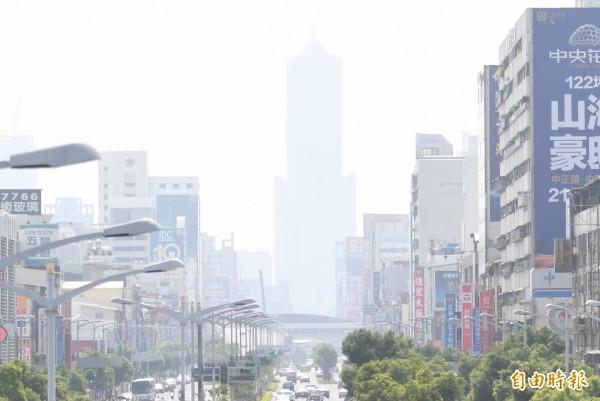高屏地區今天空氣品質仍不佳,圖為昨天85大樓幾近隱身。(資料照,記者黃志源攝)