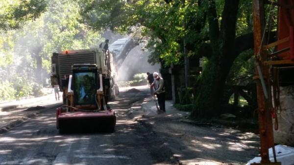陽明山湖山路昨晚發生工地漏油流至路面,導致機車打滑事件。(圖由台北市衛生下水道工程處提供)